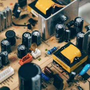 black-transistor-beside-capacitor-163100